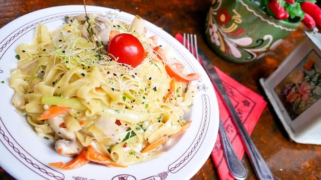 Макаронное блюдо на столике в ресторане