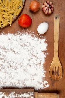 Тесто для макарон, посыпанное мукой в центре