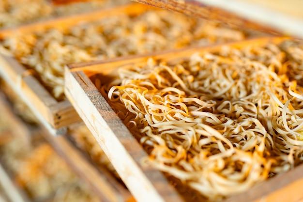 パスタ。未調理のマカロニを乾燥させます。農業および食品産業。生のマカロニのクローズアップ。