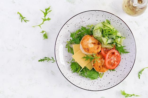 하얀 그릇에 토마토 소스 파스타 페투치니 볼로냐.