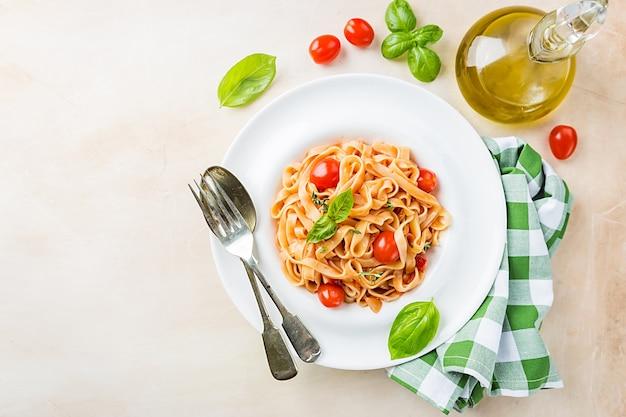 접시에 토마토 소스와 바질 파스타 페투치니. 평면도