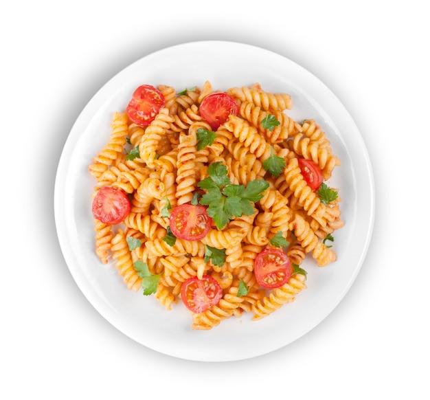 Паста фузилли с томатно-говяжьим соусом болоньезе на кухонном столе