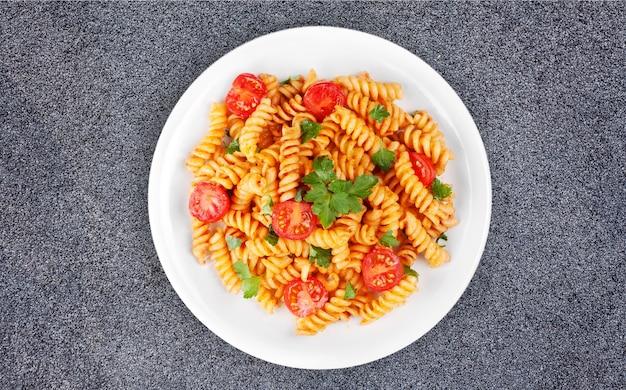 Паста фузилли с томатно-говяжьим соусом болоньезе