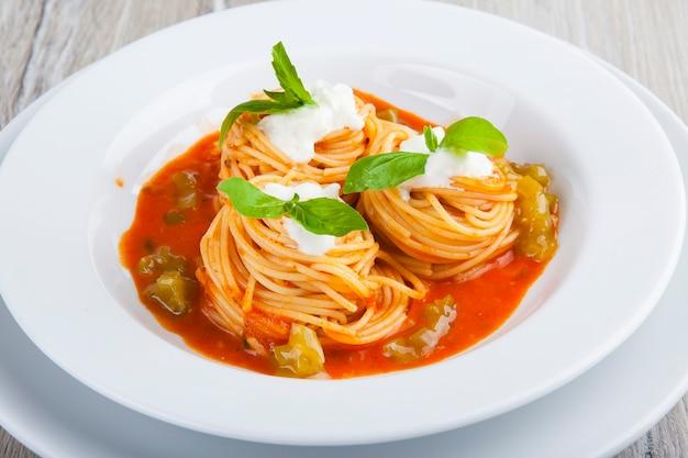 두부 소스와 바질을 곁들인 토마토 소스 파스타