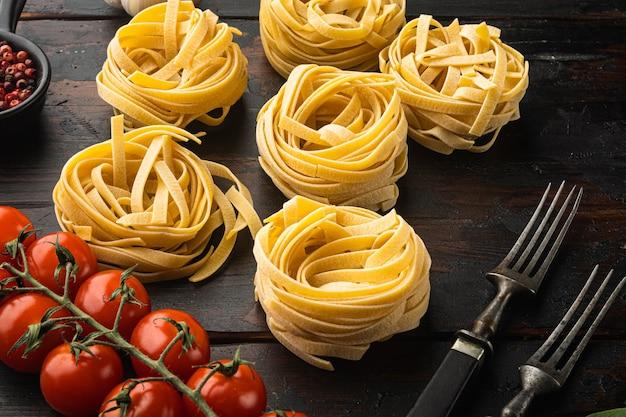 오래 된 어두운 나무 테이블에 이탈리아 음식 재료 세트 파스타 재료 tagliatelle