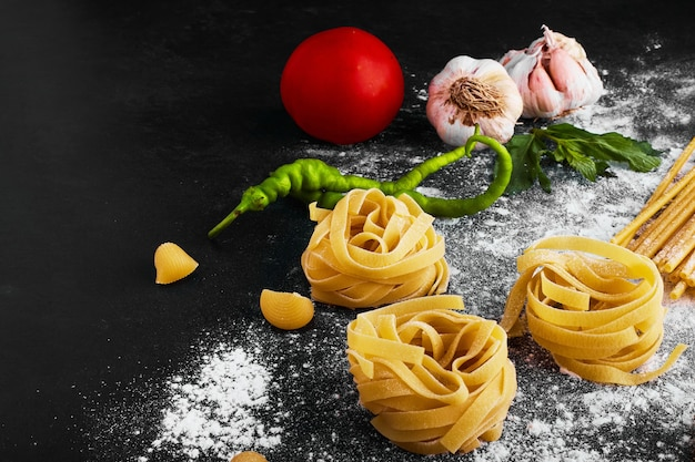 Pasta isolata sul nero con ingredienti.