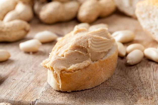 실제 볶은 땅콩으로 만든 파스타와 땅콩이 아닌 다른 재료를 반죽에 사용하고, 빵 샌드위치를 만들 때 사용하는 땅콩 버터