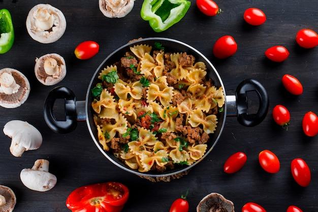 キノコ、ピーマン、トマトの鍋にパスタの食事