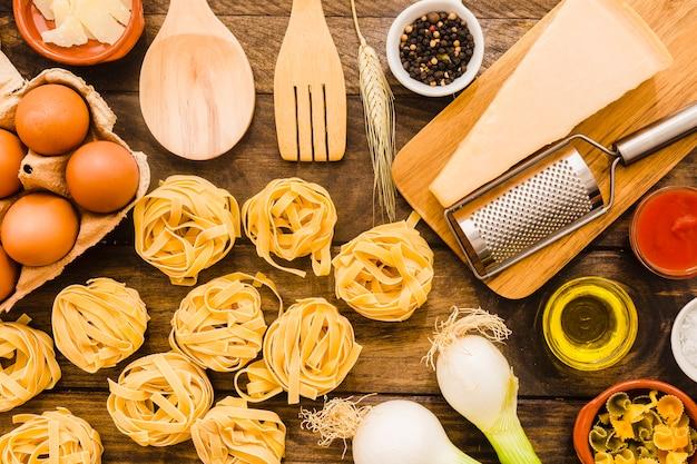 Pasta vicino a cucinare gli ingredienti