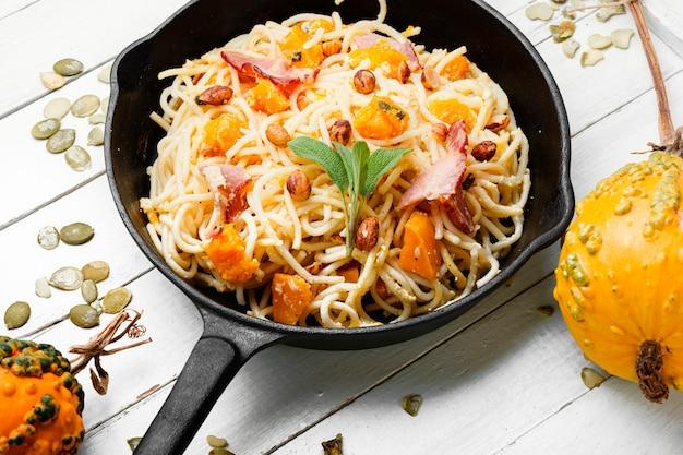 Паста или спагетти с тыквой и беконом. паста карбонара. сезонная осенняя еда.