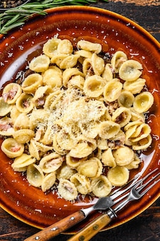 パンチェッタ、卵、ハードパルメザンチーズ、クリームソースのパスタオレキエッテ