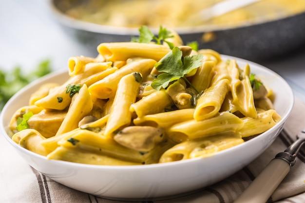 Паста пене с кусочками курицы, грибами, пармезаном, сырным соусом и украшением из зелени. pene con pollo - итальянская или средиземноморская кухня.