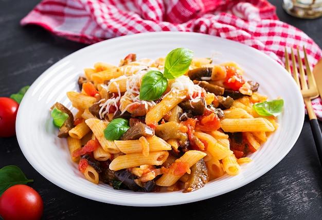なすのパスタペンネ。パスタアッラノルマ-伝統的なイタリア料理