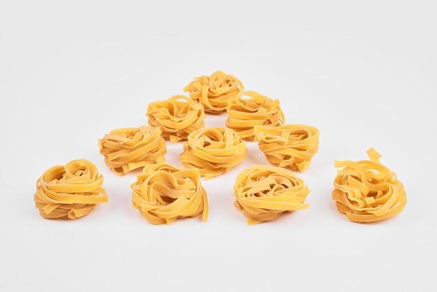 Rotoli di pasta su carta da cucina.