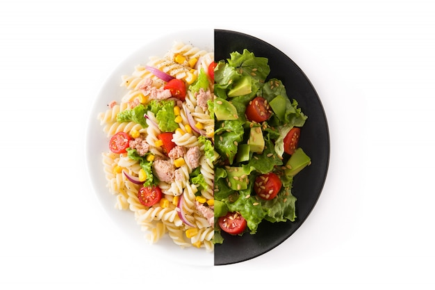 Монтаж салата из макарон и салата из авокадо, изолированные на белой поверхности Premium Фотографии