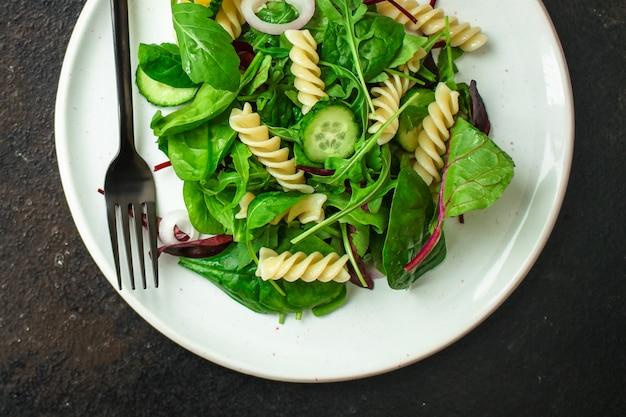 Салат из макарон фузилли (листья салата, шпинат, овощи, джемелли) концепция меню