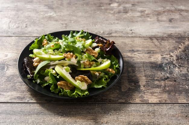 Паста салат в миску на белом деревянном столе крупным планом