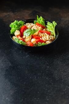 トマトとレタスのパスタサラダ