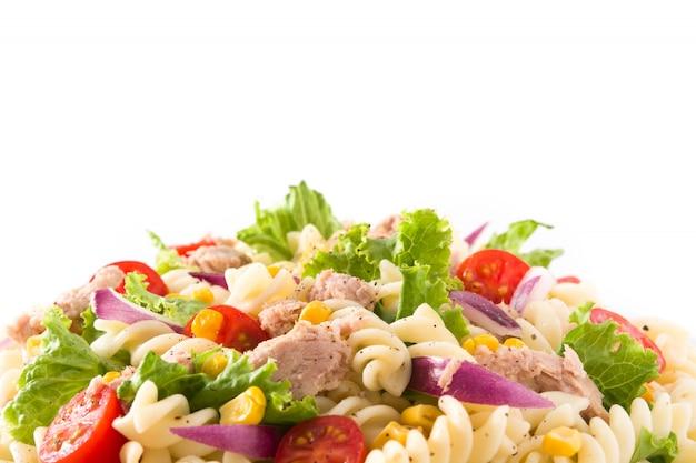 흰색에 고립 된 야채와 파스타 샐러드를 닫습니다