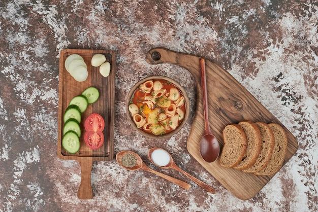 トマトソースのパスタスープと野菜のサラダ。