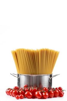 トマトと白の金属鍋のパスタスパゲッティ