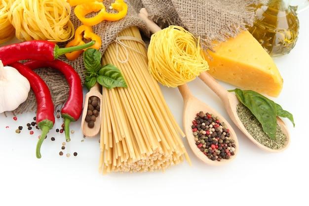 パスタスパゲッティ、野菜、スパイス、白で隔離