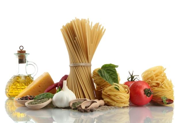 Паста спагетти, овощи, специи и масло, изолированные на белом