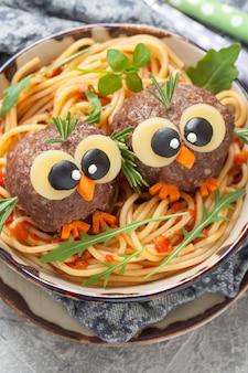 子供のための面白いミートボールのパスタスパゲッティ。巣の中の鳥