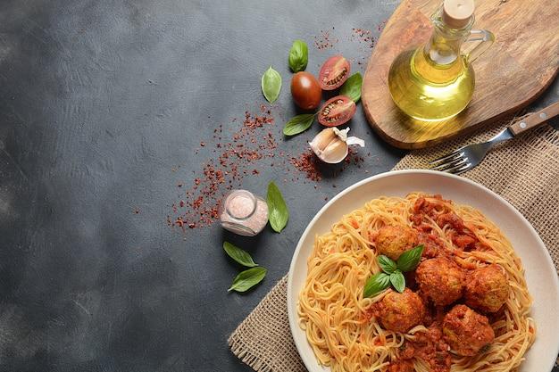 ミートボールとトマトソースの白いプレート上のパスタスパゲッティ