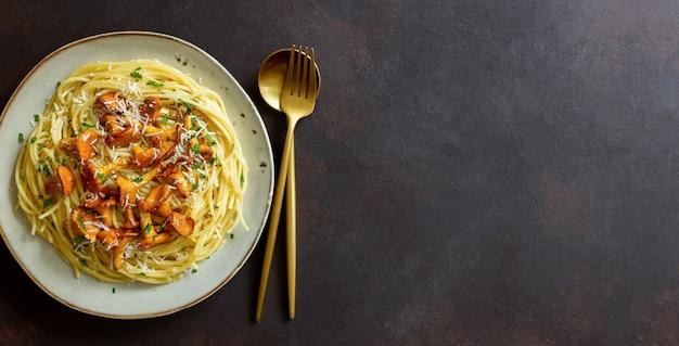 버섯 살구와 파마산 치즈를 곁들인 파스타 스파게티. 건강한 식생활. 채식주의 자 음식. 이탈리아 음식.