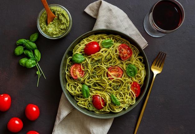 Паста спагетти с соусом песто, помидорами и базиликом. здоровое питание. вегетарианская еда.