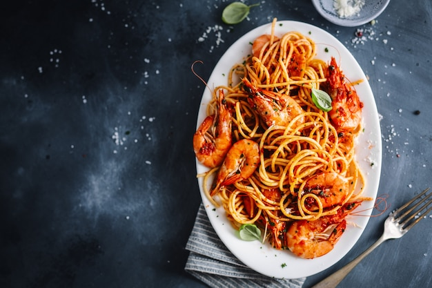 토마토 소스와 새우 파스타 스파게티