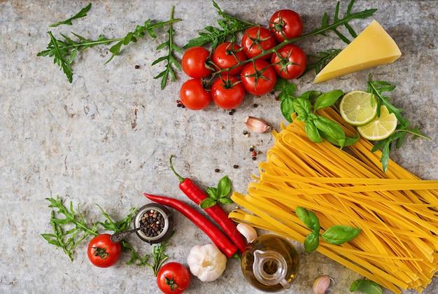 파스타 tagliatelle 및 요리 재료 (토마토, 마늘, 바질, 칠리). 평면도