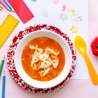 Pranzo di pasta e pomodoro per bambini