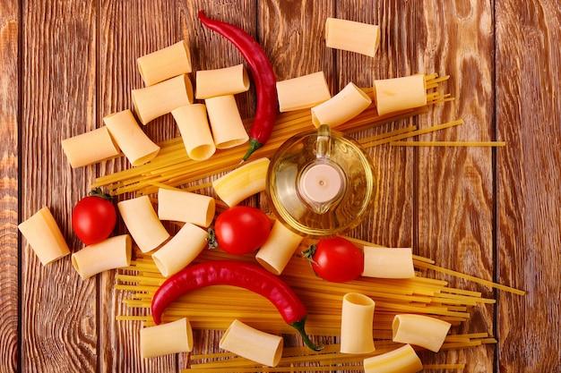 Паста с помидорами черри и другими ингредиентами на деревянном столе