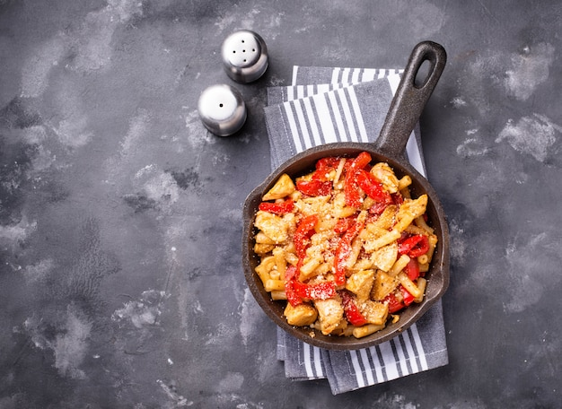 토마토 소스에 닭고기와 고추 파스타