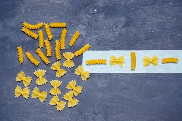 デュラム小麦のパスタ。ビーガンのための食べ物適切な栄養、健康食品。灰色の背景