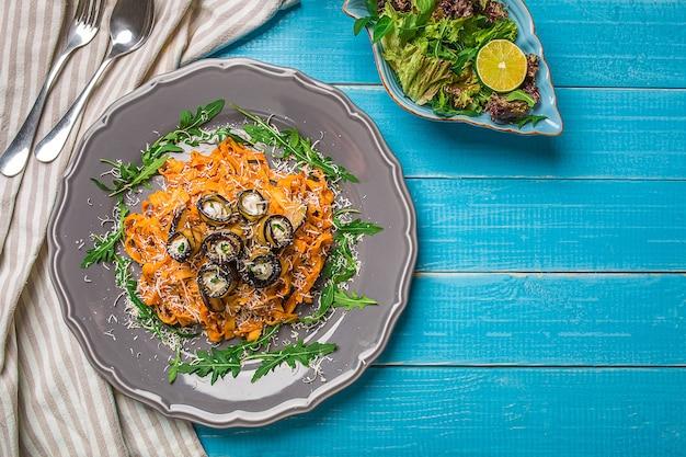 Паста с баклажанами, помидорами, сыром, рукколой и салатом