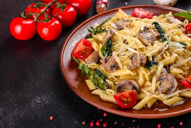 Паста с грибами, сыром, шпинатом, рукколой и помидорами черри. итальянское блюдо, средиземноморская культура