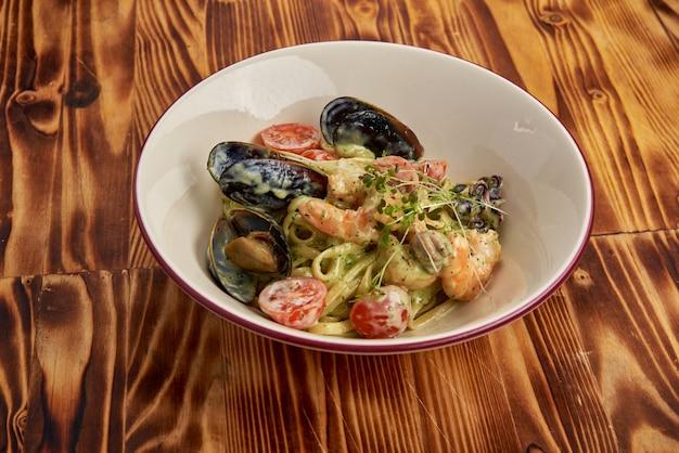 Паста с морепродуктами, креветками, мидиями