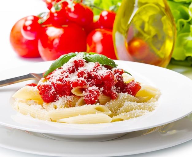 トマトソースとバジルのパスタ