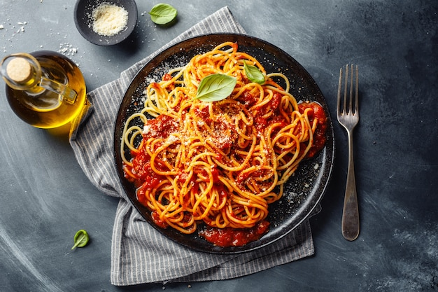 접시에 토마토 소스 파스타