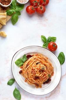 토마토 소스, 햇볕에 말린 토마토와 올리브 파스타