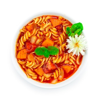 토마토 수프 이탈리안 퓨전 스타일 장식 조각 파와 야채를 곁들인 파스타