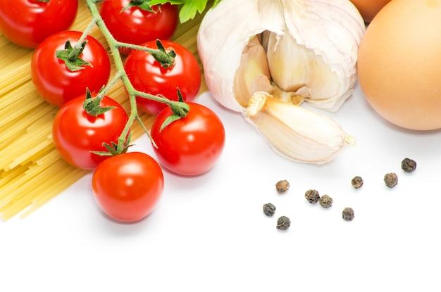 흰색 바탕에 토마토와 파스타