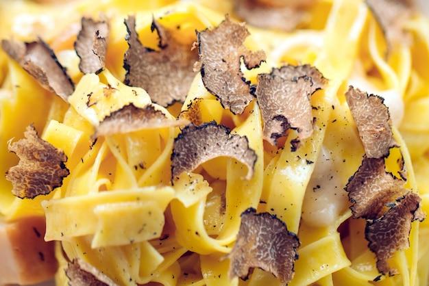 トリュフのパスタ、典型的な秋の料理。レストランメニューの料理。