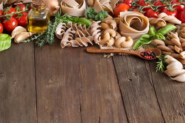 Паста с овощами и зеленью на столе
