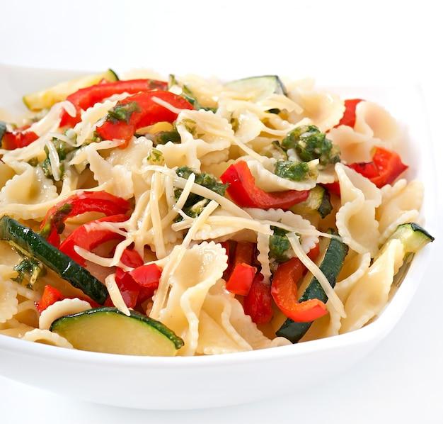 Pasta con zucchine e peperoni con salsa all'aglio e basilico