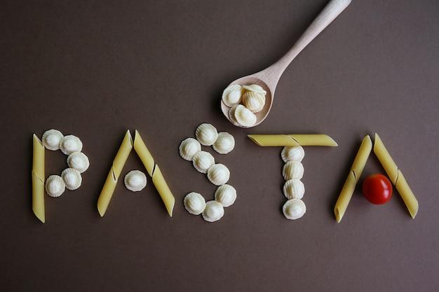 茶色の異なるパスタで作られたパスタの言葉
