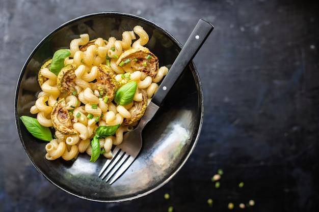 パスタズッキーニ野菜とマカロニ肉なしフレッシュポーションミールスナックテーブルコピースペースフード